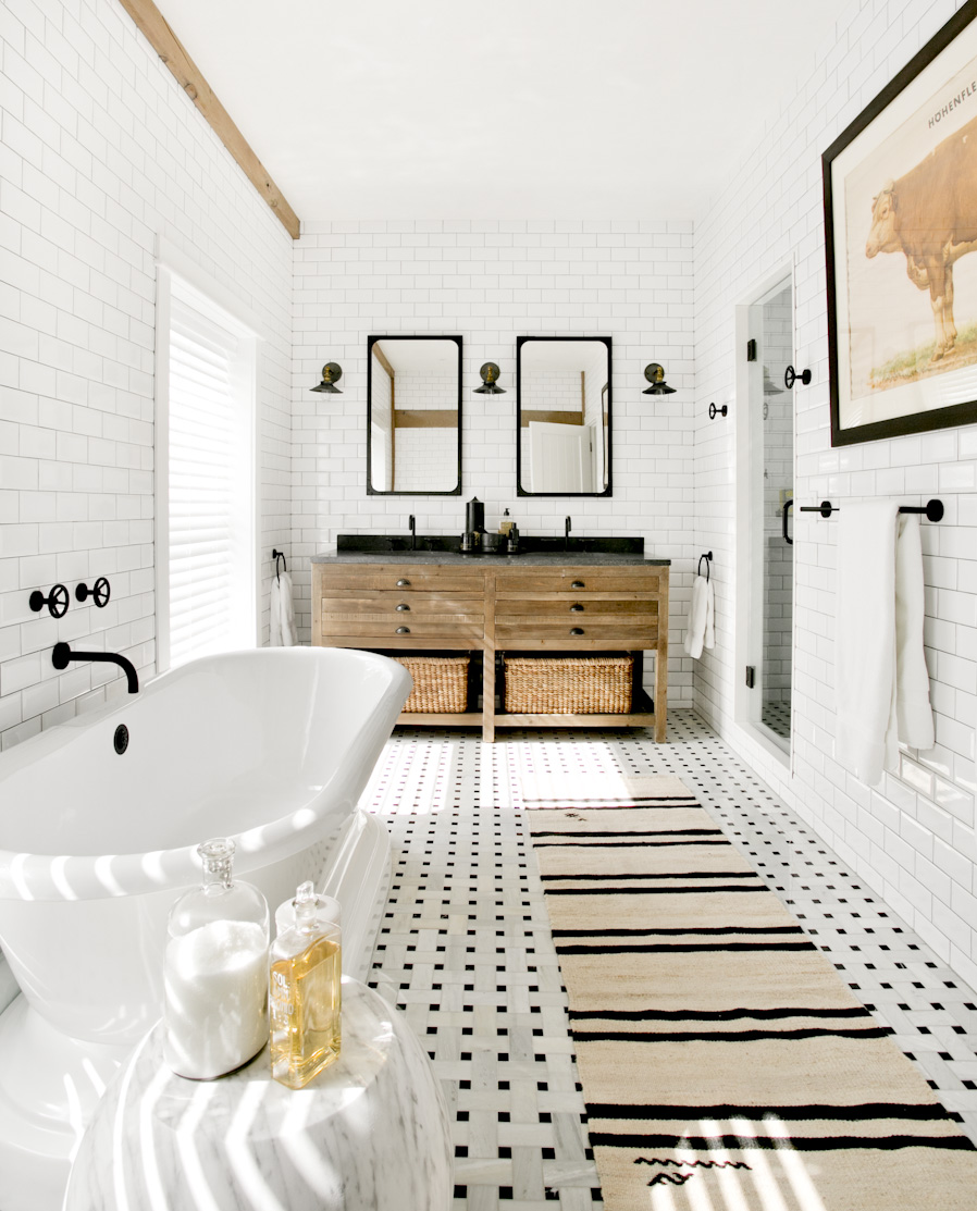 hamptons-beach-house-master-bathroom-white-tub-interior-photography.jpg