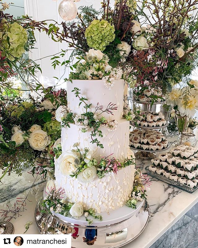 💚#Repost @matranchesi ・・・ Detalhes da mesa de doces romântica e cheia de verdes que amo! @robertatpaoletti estava tudo lindo 💚✨🍃 #marcellacasamenteira