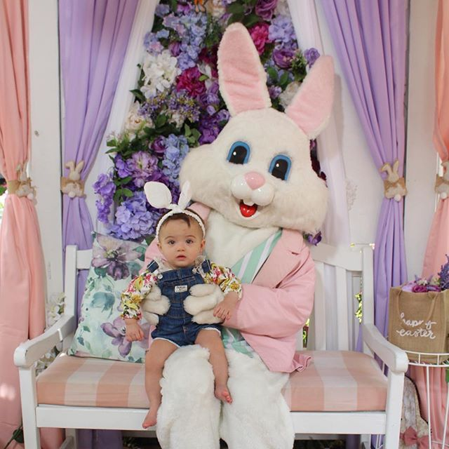 Happy Easter!🐰E ela ficou encantanda com o coelhinho da Páscoa!💕