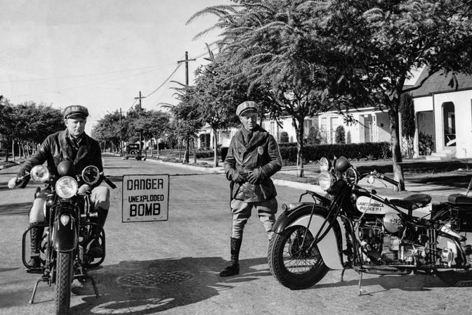 Motorcycle officers guard a roped off zone in Santa Monica while an unexploded shell is dug up. Photo via  Los Angeles Times  (Feb. 26, 1942)