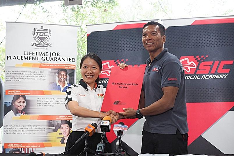 Photo: RAZLAN (kanan) dan Adelaine (kiri) bergambar ketika mengumumkan perkongsian bersama SIC-TOC di Sepang, Selangor baru-baru ini.  Image from:  Kosmo Online