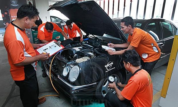 Photo:HARUN ZAINAL (kanan) dan Pemangku Pengurus Latihan TOC, Peter E Tiotanggo (kiri) memantau kerja-kerja penyelenggaraan kereta kakitangan Kumpulan Utusan sempena projek komuniti `Tender Loving Car' di tempat letak kereta Ibu Pejabat Utusan Melayu (M) Berhad, Kuala Lumpur, semalam. Source:  Utusan Online