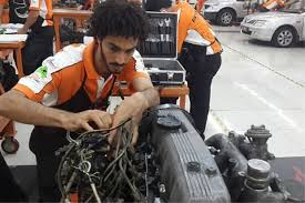 Photo: Muhammad Saeed menunjukkan cara penjagaan asas kereta.  Image from:  mstar Online