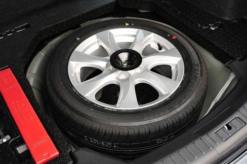 车主应为备胎做日常检查,别等至某个轮胎爆胎,取出备胎才发现已无法使用。   Image from:  twgreatdaily