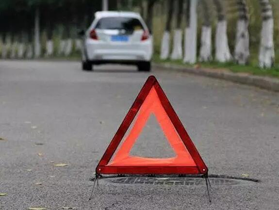 三角警示牌在发生紧急事故时,可提醒其他车辆注意避让。   Image from: https://zj.zjol.com.cn/news.html?id=523028