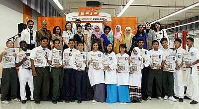 Teachers andstudents with G.Damodaran andMohd Aripin(second row, firstand second left,respectively) at theannouncement ofthe sponsorshipprogramme at TheOtomotif College. Image from: The Star Online