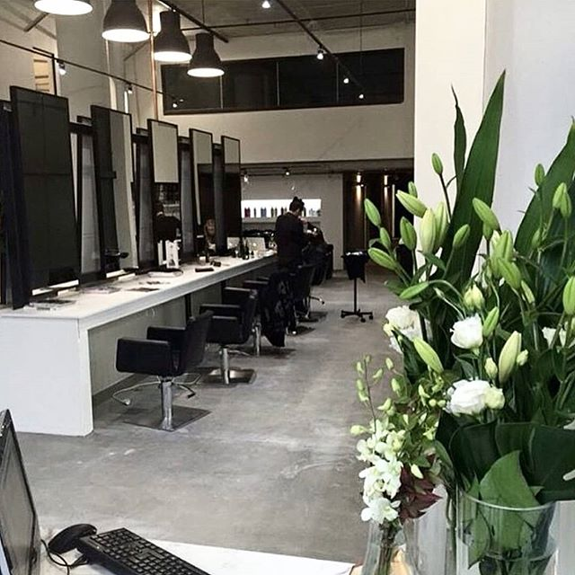 Mid-week salon vibes 🔝 📷 @thestylistsays  #salon #hairsalon #saloninterior #spencerandco #spencerandcosalon #concretejungle #concretewarehouse #monochrome #palette #mirrormirror