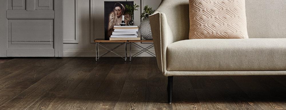 GULVET - DITT VIKTIGSTE MØBEL - Skap et levende, hyggelig eller romantisk hjem med et vakkert miljøvennlig tregulv tilpasset din livsstil. Du kan fylle stuen med en myk sofa, et lekkert spisebord og fornøyde middagsgjester, eller myke stoler som inviterer til avslappende øyeblikk. Men det som skaper den ultimate atmosfæren og stemningen er et vakkert tregulv som gjenspeiler helheten og smaken i ditt hjem. Derfor er det ikke likegyldig hva slags gulv du velger. Vi tror at et lekkert gulv i det lange løp er noe som betyr noe. Det er derfor vi leverer kompromissløs kvalitet.