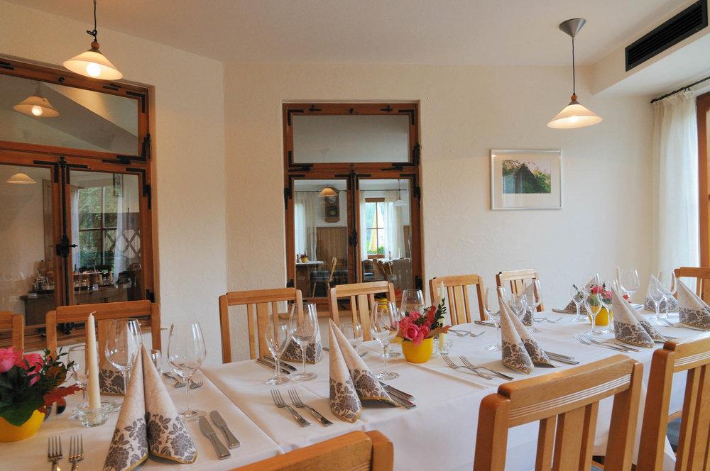 Eingedeckter Nebenraum im Restaurant des Gasthaus Seerose in Nitzenweiler bei Kressbronn am Bodensee