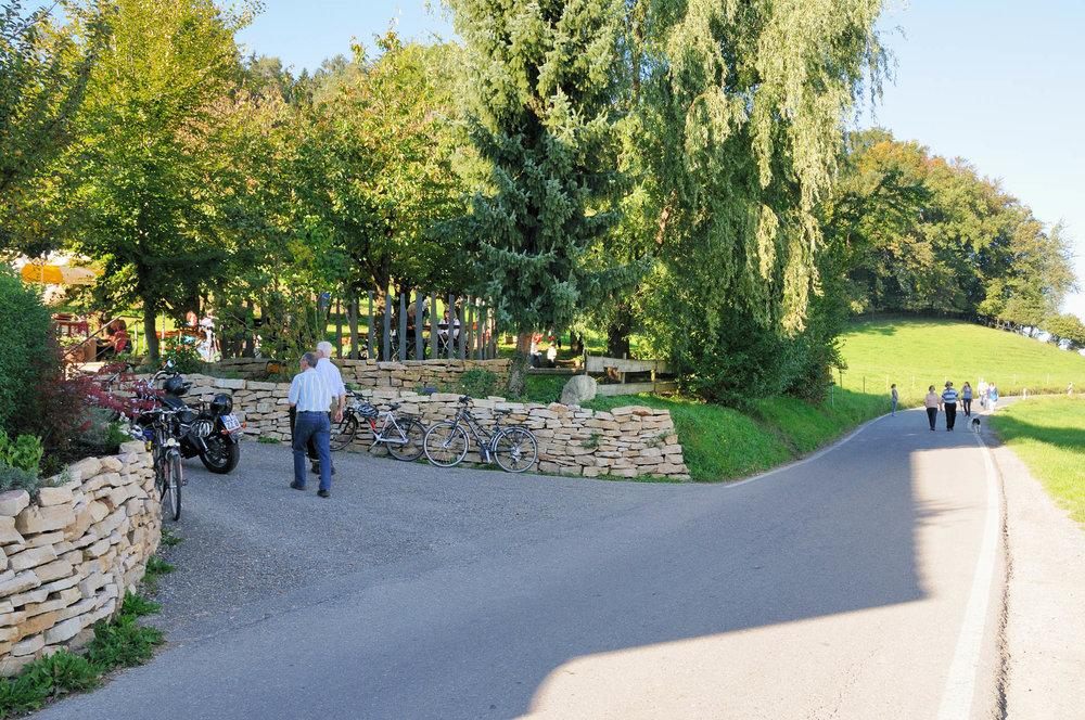 Herrlich eingebettet im Grünen ist der Biergarten des Gasthaus Seerose in Nitzenweiler bei Kressbronn am Bodensee