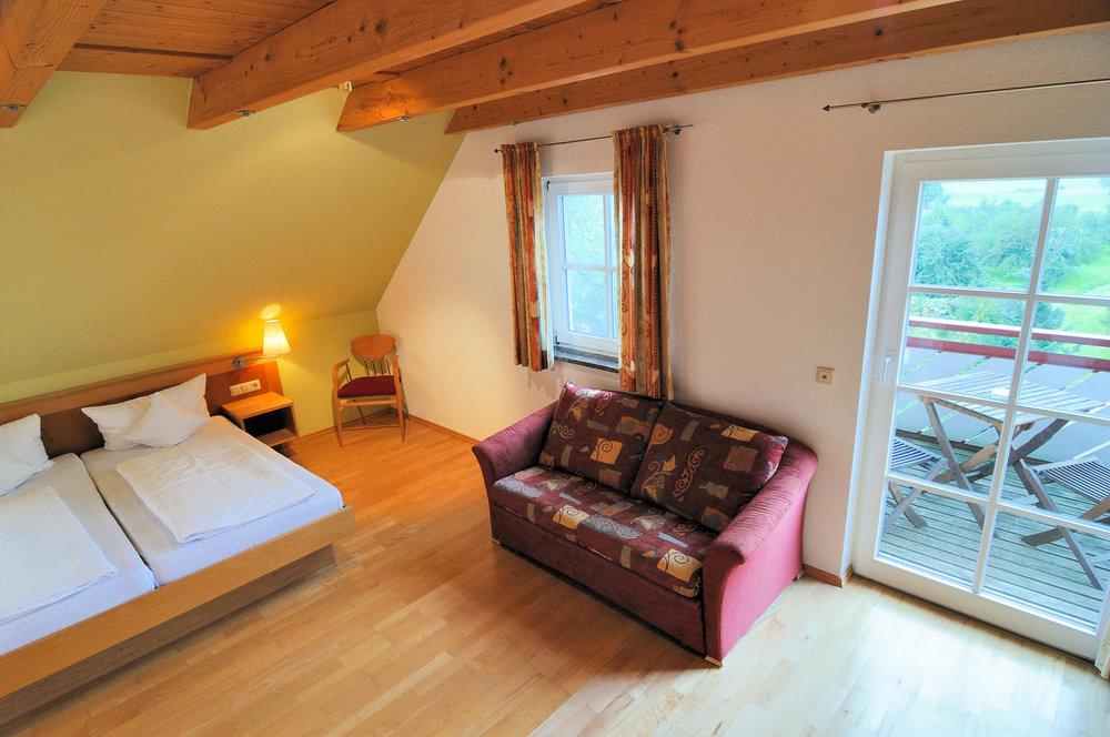 Zimmer mit Ausblick ins Gründe und Veranda/Balkon im Gasthaus Seerose in Nitzenweiler bei Kressbronn am Bodensee