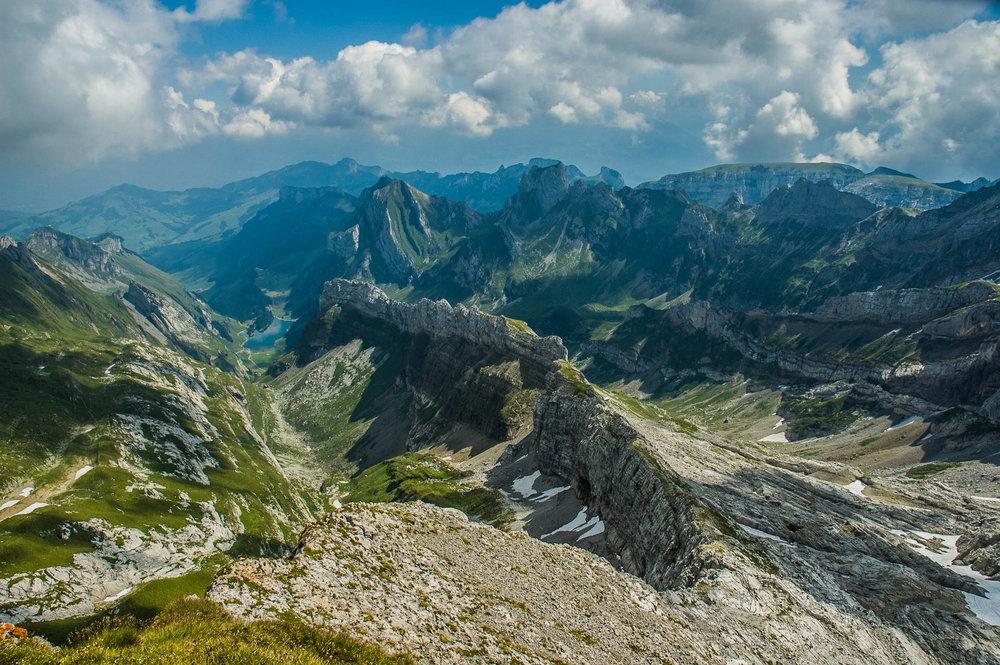 Säntis - Appenzell, SchweizMit 2502 Metern ist der Säntis der allgegenwärtige Kaiser der Gipfel am Bodensee, wundervoll eingebettet in die Spielzeuglandschaft des schweizerischen Apenzells.