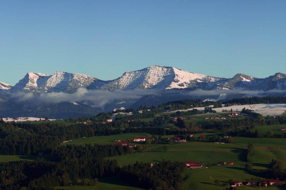 Hochgrat - Oberstaufen, DeutschlandDie Nagelfluhkette der Allgäuer Alpen mit dem 1833 m hohen Hochgrat Gipfel der Allgäuer Alpen, Naturpark und Hausberg von Oberstaufen gewährt mit gebührendem Abstand neue Einblicke auf den Bodensee.