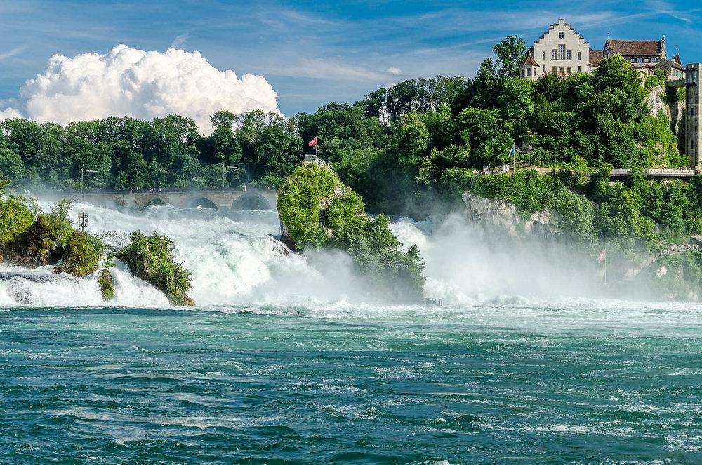 Rheinfall - Schaffhausen, SchweizBeim größten Wasserfall Europas stürzen auf einer Breite von 150 m und einer Höhe von 23 m tosende Wassermassen über die Felsen und liefern ein grandioses Naturschauspiel.