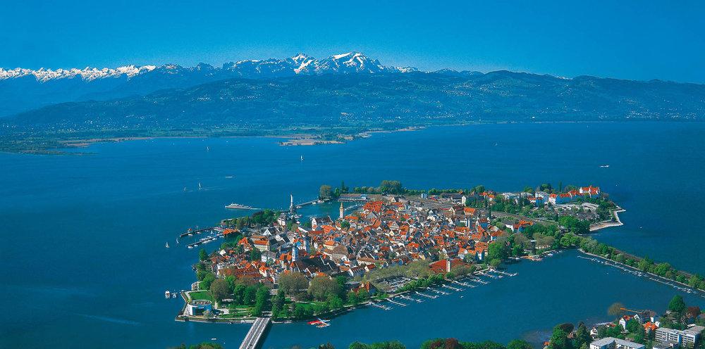 Die Insel Lindau im Bodensee, dahinter der Säntis
