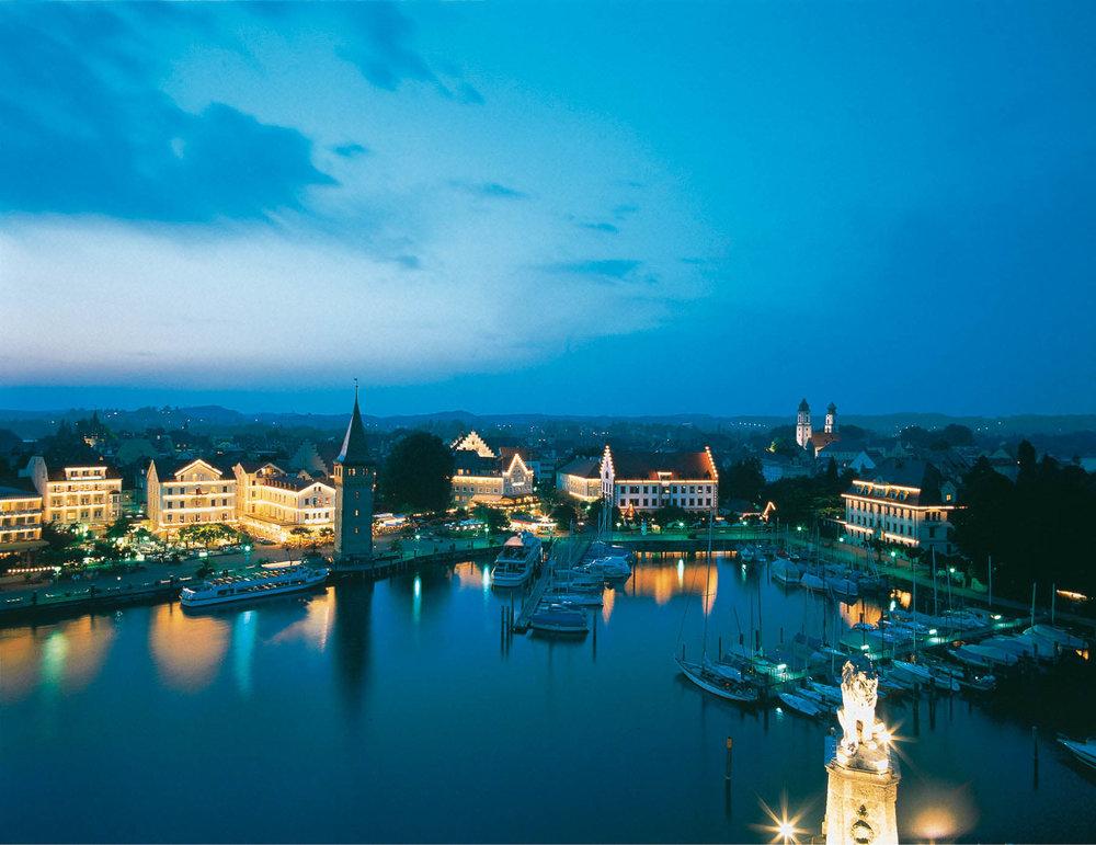Der Hafen der Insel Lindau am Bodensee bei Nacht