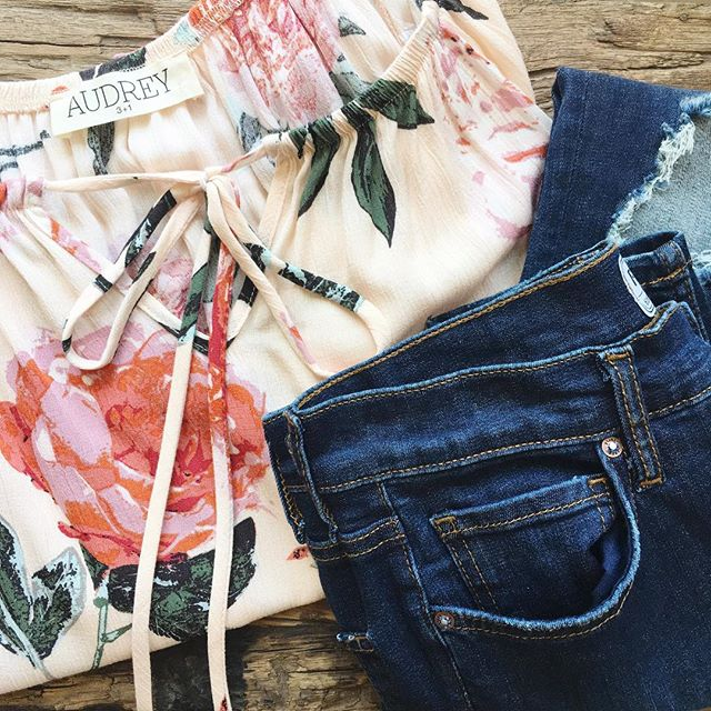 Summer florals for your night out✨ #freepeople #rippedjeans #floralprint #roses