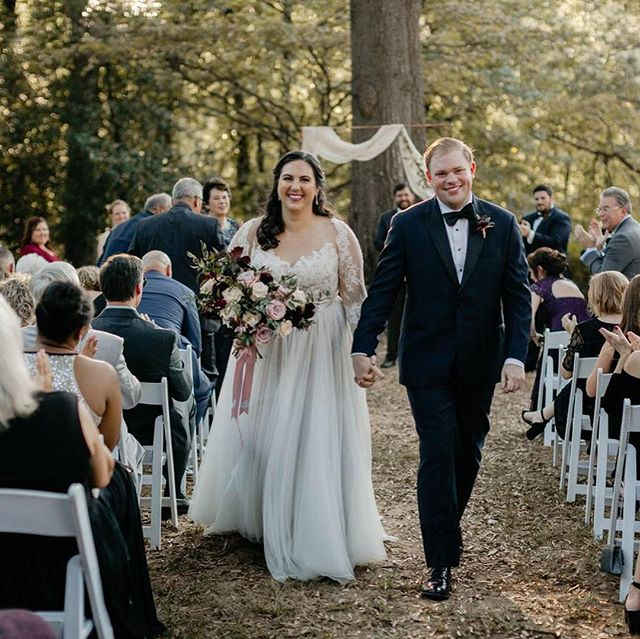 @michellescottphoto can do no wrong! Received a sneak peek from Amanda & Jorge's October wedding @callanwoldefinearts and I'm dying over these images. Just beautiful 💕. Floral by @rhapsodyinblooms