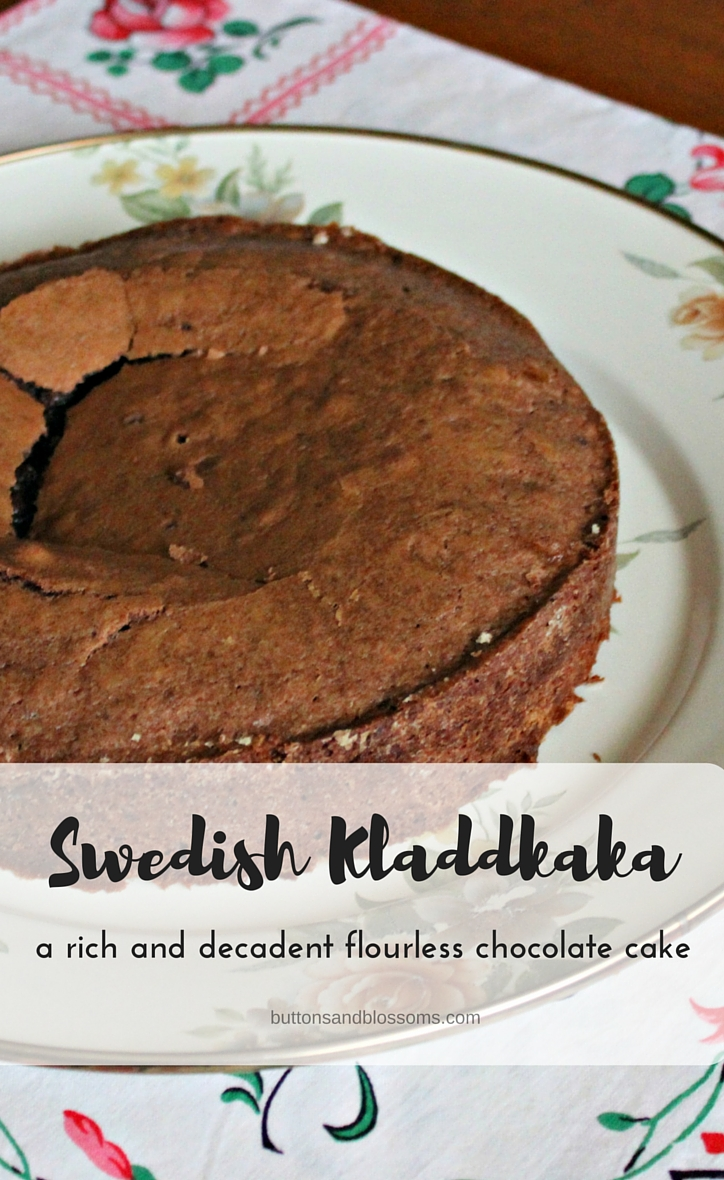 Around the World in 28 Cakes: Swedish Kladdkaka // a rich and delicious flourless chocolate cake that's easy to make!