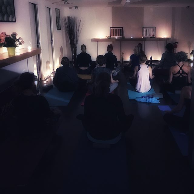 Danke an alle Teilnehmer unseres ersten Yoga-Events im Vitalpunkt in St.Gallen! Yoga im Kerzenlicht und anschliessendes Private-Shopping! Unser nächster Event findet am 24. November 2017 bei Emma&Söhne statt! Meldet euch über den Link in der Bio an! 💫 #aufdiemattefertiglosyoga #mattefertiglos
