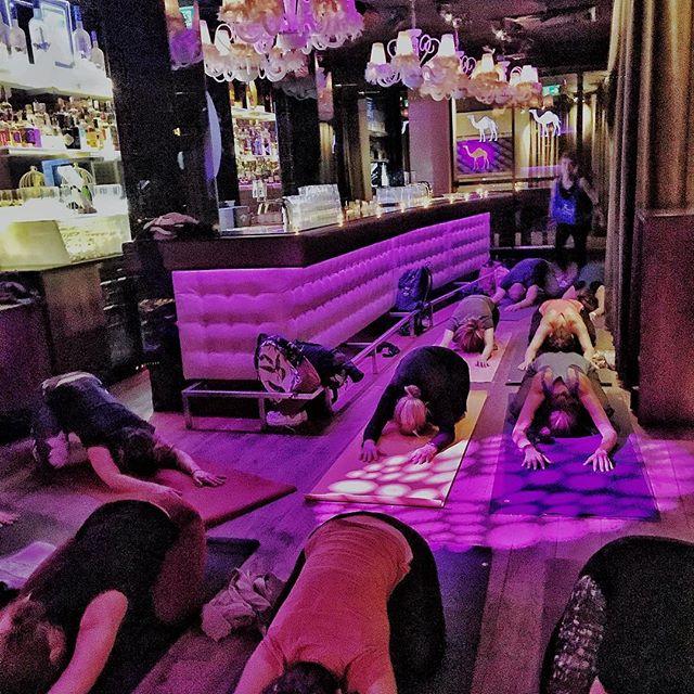 Willst du Yoga und Disco mal anders erleben? Der nächste Yoga in the Club Event findet kommenden Freitag, 13. April statt, melde dich jetzt an um dir deinen Platz zu sichern! Mit Live-DJ! 13. April, 19.00 Uhr, Paul Club St.Gallen! Anmeldung unter mattefertiglos.com oder mit Link in der Bio! #aufdiemattefertiglosyoga