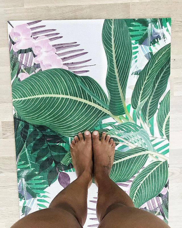 Wer heute Abend seine Yoga-Matte auspacken möchte und zu chilligem Sound von DJ Flickapp eine Vinyasa Flow Yoga Session zum Sonnenuntergang geniessen möchte, unbedingt an die Strandfestwochen in Rorschach kommen! 🌅 Alle Infos findet ihr im Link in der Bio! Treffpunkt 18.45 bei the heart of @strandfestwochen.rorschach  Start um 19.00 Uhr! Wir freuen uns auf euch!