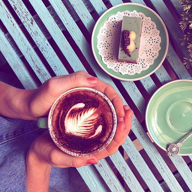 RAWR mint chocolate cake and a vegan hot chocolate 🤤🤤 only at @oneblockback  #vegancake #cafe #rawrfoods #haveyourcake
