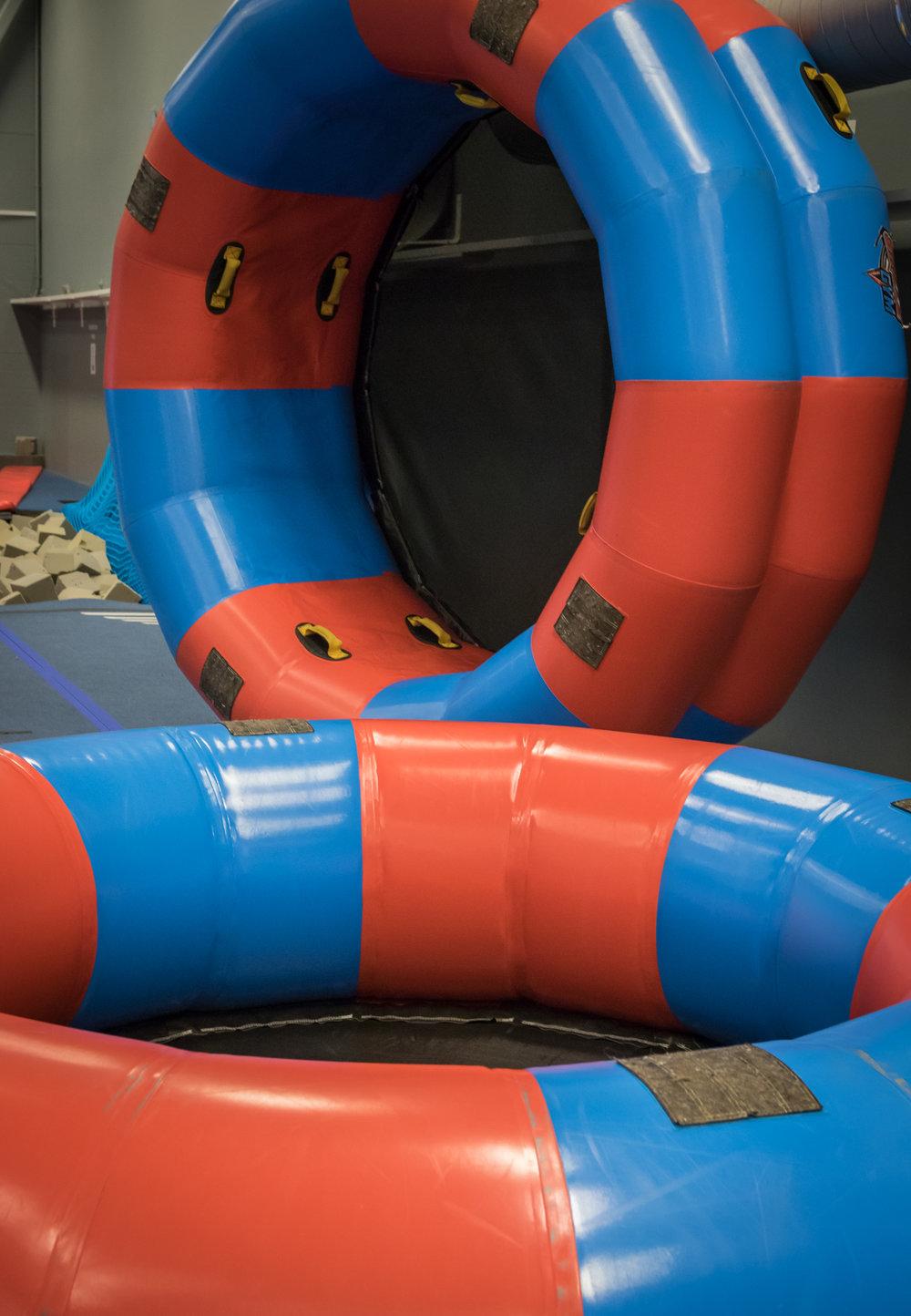 Akrobatia-välineet: - -2 erillistäilmavolttirataa-kaksiilmatrampoliinia-lukuisiaakrobatiaharjoitus-patjoja