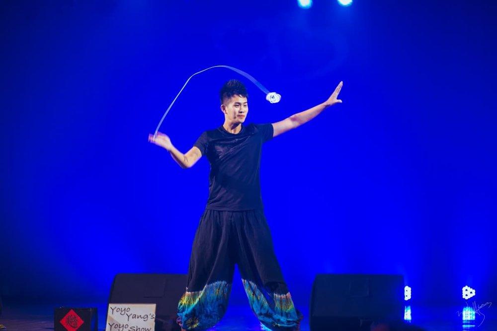 ▲金氏世界紀錄保持人楊元慶表演溜溜球、扯鈴。