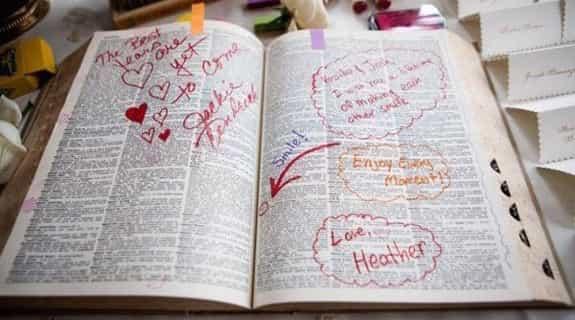 豪鼎票選最有創意的簽到方式!賓客從字典裡圈出一個要送給新人的字,並且在旁邊簽名寫上祝福。 在台灣可能要搬出超大本辭海,想必超醒目有份量。