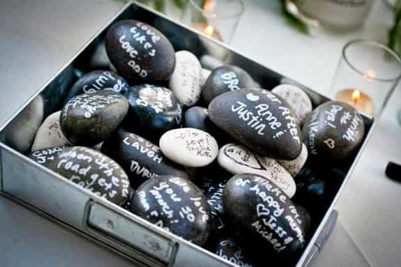 情比石堅!寫滿祝福的石子!不過婚禮結束後搬運可能有點吃力啊...