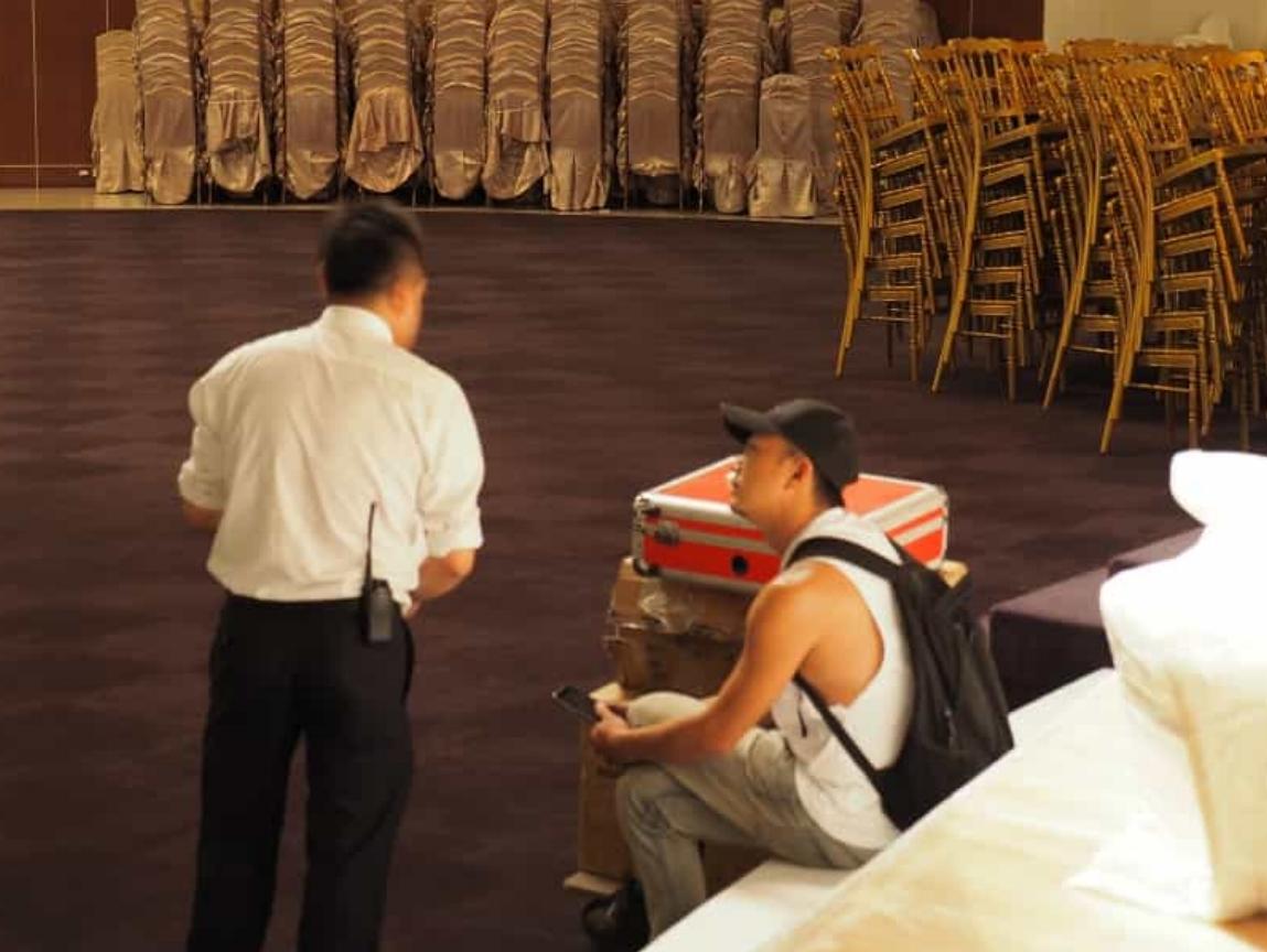 左:品牌日現場總控 蔡副理(小黑) ,右:品牌日設計總監/泰格爾藝術總監 TigerLin