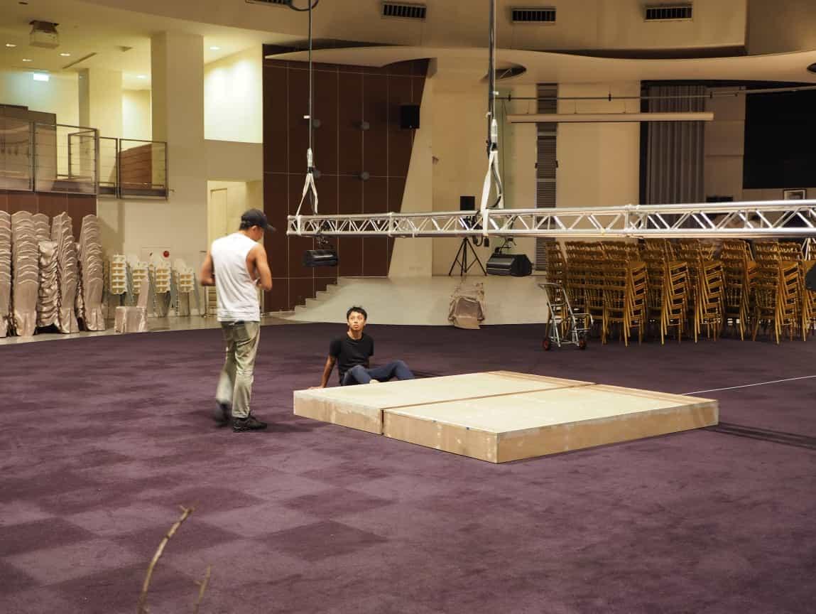 天空花環的地面對應的,是一個西式婚禮必備的儀式台,泰格爾的執行馬克先把儀式台的定位完成,就準備要開始花環的工作。