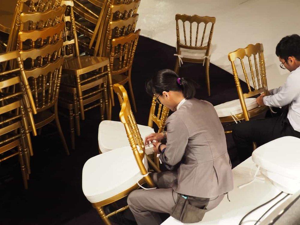 佈置跟音響的位置都到位之後,桌椅就要開始擺放了,現場主管們開始組裝這些美美的竹節椅。