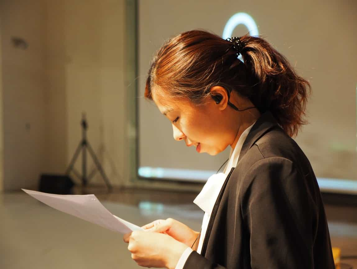 品牌日的主持人瑩甄,已經完全進入狀態,她一直很緊張,但其實她一直表現得很好。