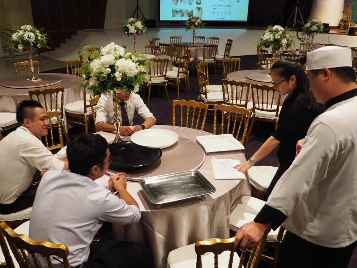 現場主管、顧問、主廚的半夜會議。