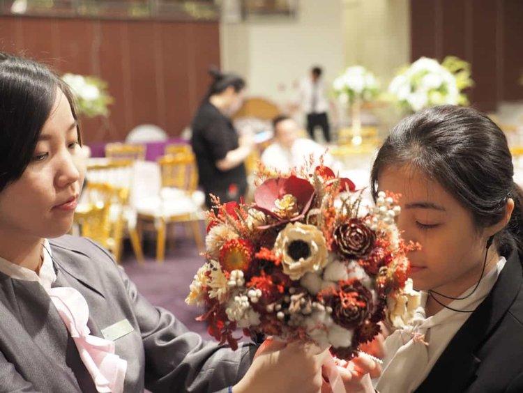 梅鈴跟珣在試綁得從2樓溜下來的捧花,這是關鍵活動畫面,也不能馬虎!