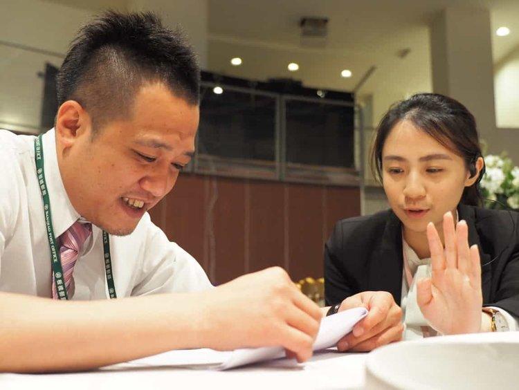 副總控袁懿開始跟現場總控蔡副理,針對上菜時間、流程開始詳細討論。