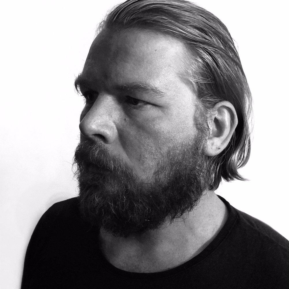 Dirk Gieselmann - ist preisgekrönter Journalist, Autor zweier Sachbücher und schreibt zur Zeit seinen ersten Roman.