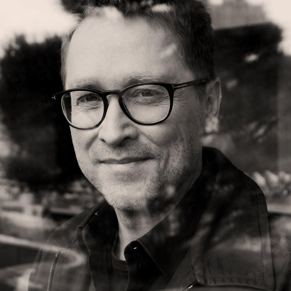 Jan Weiler - ist Journalist und Schriftsteller. Er schrieb zahlreiche Bestseller, darunter »Maria, ihm schmeckt's nicht!«und »Das Pubertier«.