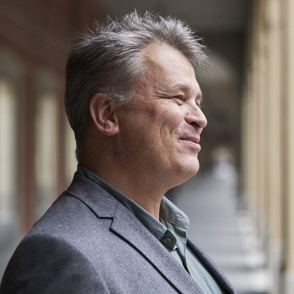 Lars Reichardt - ist Redakteur beim SZ-Magazin. Sein Buch über seine Mutter Barbara Valentin erschien im Herbst 2018.