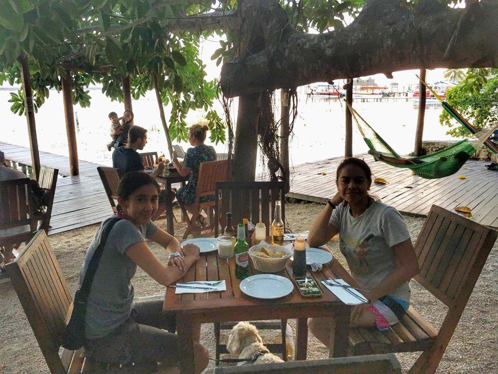 Restaurante La Playita, (Roy bajo la mesa).