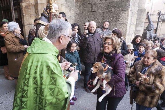 La bendición también se puede hacer en la entrada de la iglesia