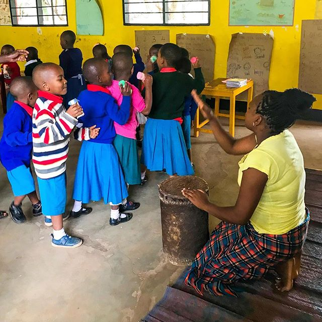 Shaking to the beat in teacher Teddy's music and dance class. 🎶 🥁 • • • • #rise #risetochange #tobecreative #creativity #music #musicanddance #lifeinafrica #tanzania