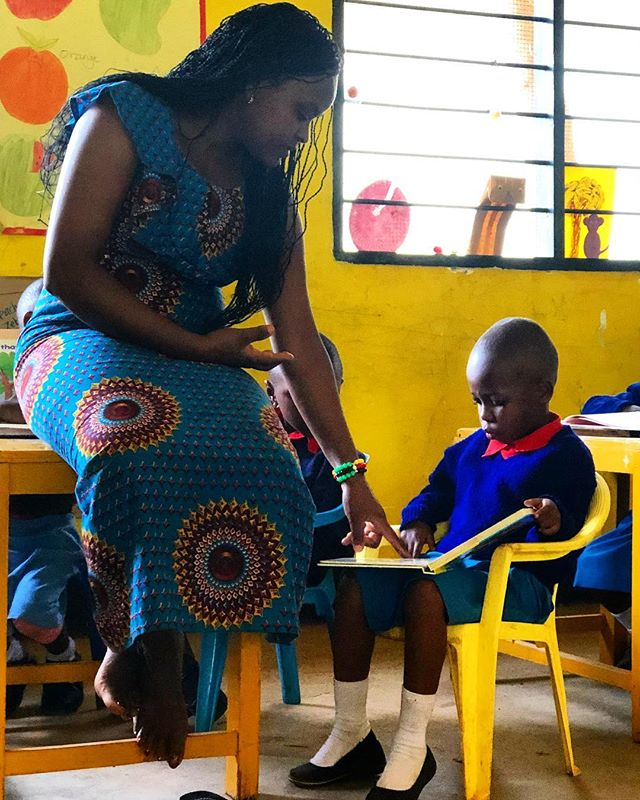 Moments like these 😍 Teacher Teddy and Heavenlight are talking about the colors and cars during Independent Reading time. • • • • • #rise #risetochange #lifeinafrica #tanzania #reading #tobeeducated #teachersrock #teacherteddy #colors #cars #independentreading