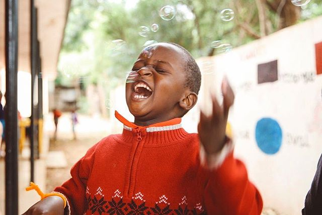 Fridays sure are fun! 💙• • 📷: @kelseycherry • • • • #rise #risetochange #friyay #fridayfun #education #africa #tanzania #africans #culture #schooldays #school #educationmatters #laughter #kidsfun #bubbles #playtime #fieldday #africanschools #earlychildhoodeducation #earlychildhood #lifeinafrica #lifeintanzania #laughterismedicine