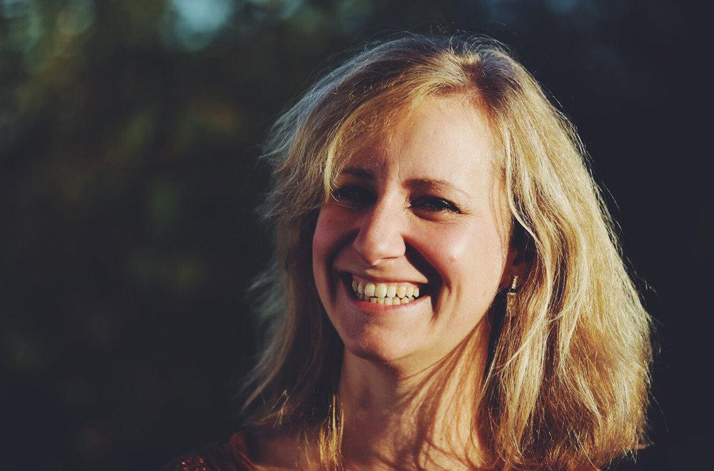 Cin Sommerijns - Ik ben Cin Sommerijns, 39 jaar en mama van 3 schatten, Niel, Ceres en Elias. Yoga maakt al van soorten af aan deel uit van mijn leven.