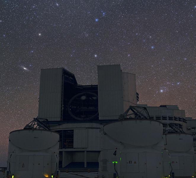 662px-Над_VLT_–_две_галактики_видимые_простым_глазом.jpg