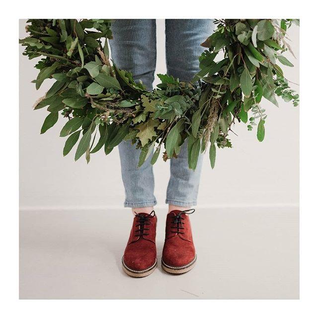 🍃Advent sa blíži a keďže nás vence stále bavia prijímame objednávky s doručením po 28. 11. 🍃 Hanka & Mimi 📸 : @kudivaniphotography 🙏 . . . . . . . . . . . . .  #minimal #rsa_minimal #minimalmood #plants #plantsofinstagram #florist #urbanjunglebloggers #leaf #foliage #nikontop #visualcoop #vibes #mood #flowerwreath #autumnvibes #createcultivate #creative #theeverydayproject #livecolorfully #flowerslovers #dowhatyoulove #exploretocreate #hygge #diy #workshop #workspacegoals #thisisslovakia #slowlifestyle #simplethingsmadebeautiful #simplethings