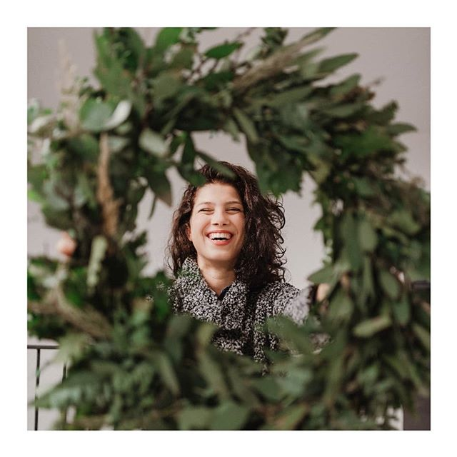 🍃 Plants do make people 😊🍃 📸: @kudivaniphotography👌 . . . . . . . . . . #minimal #plantlady #urbanjunglebloggers #local #sustainable #plantsmakepeoplehappy #vsco #flashesofdelight #pursuepretty #portrait_ig #portraits #visualsoflife #flowerslovers #foliage #flowerwreath #visualcoop #smile #happiness #hygge #plants #stilllife #nikontop #livecolorfully #details #createcultivate #theeverydayproject #diy #dowhatyoulove #greenery